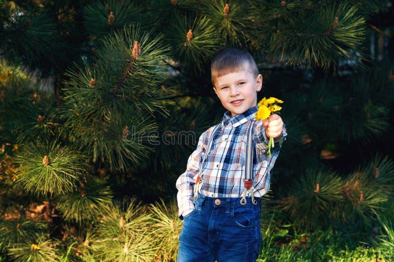 modieus weinig jongen Het kind is gekleed in jeans en plaidoverhemd royalty-vrije stock fotografie