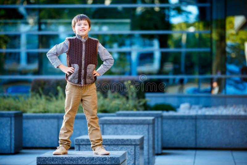 Modieus weinig jongen in modieuze kleren royalty-vrije stock fotografie
