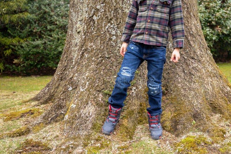 Modieus weinig jongen in vrijetijdskleding Jean en overhemd stock fotografie