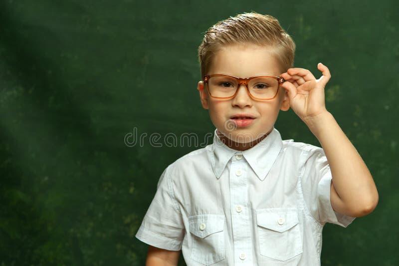 Modieus weinig jongen in witte overhemd en glazen stock foto's