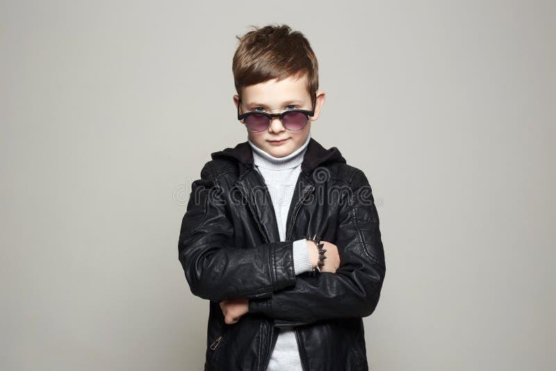 Modieus weinig jongen in zonnebril Modieus Jong geitje stock foto
