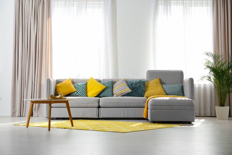 Modieus woonkamerbinnenland met comfortabele bank Ruimte voor royalty-vrije stock foto