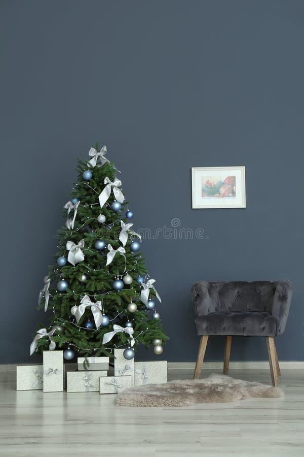 Modieus woonkamerbinnenland met verfraaide Kerstboom royalty-vrije stock fotografie