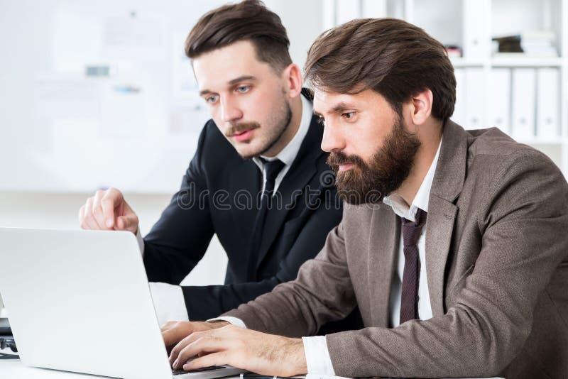 Modieus zakenlui die project bespreken stock foto's