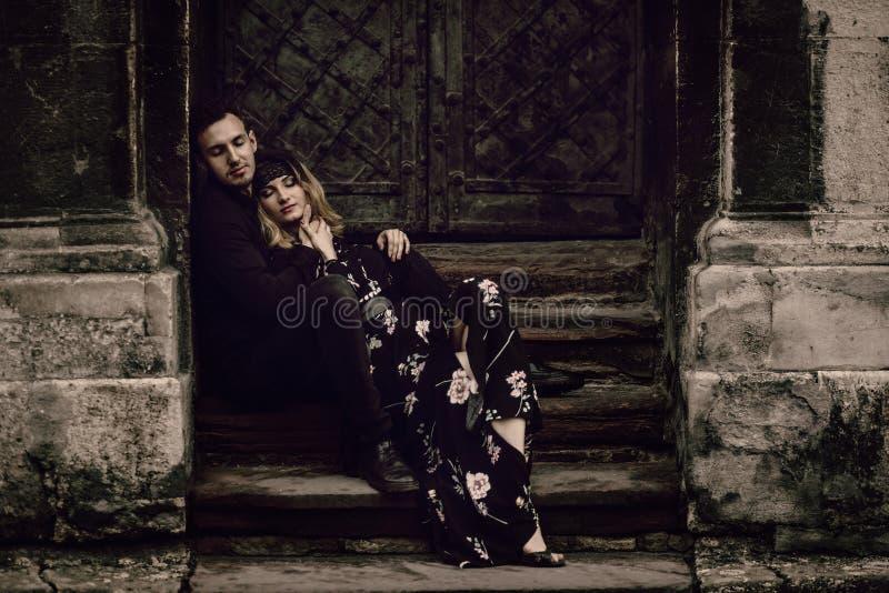 Modieus zigeunerpaar in liefde het stellen in de straat van de avondstad bij ol royalty-vrije stock fotografie