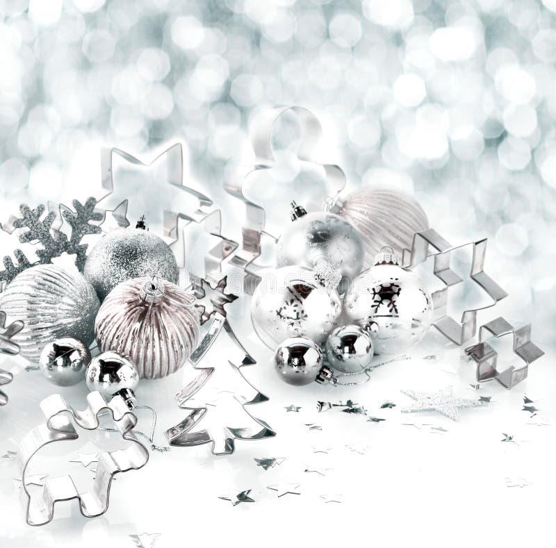 Modieus zilveren Kerstmisstilleven als achtergrond royalty-vrije stock fotografie