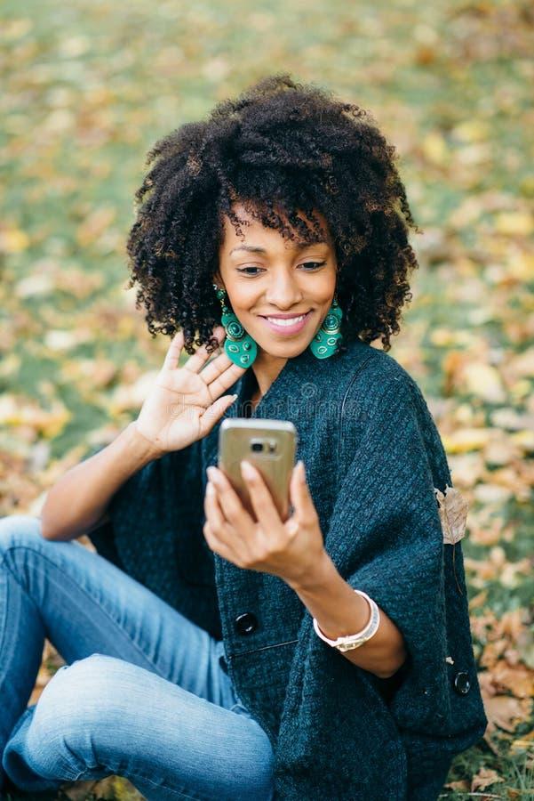 Modieus zwarte die selfie foto in de herfst nemen royalty-vrije stock afbeelding