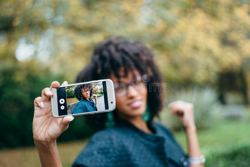 Modieus zwarte die selfie met smartphone in de herfst nemen royalty-vrije stock foto