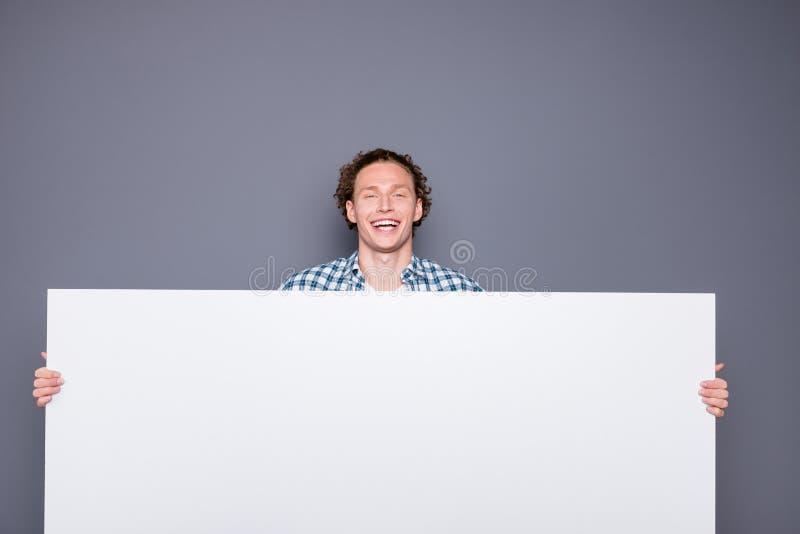 Modieuze in aantrekkelijke aardige knappe vrolijke grappige jonge mens stock fotografie