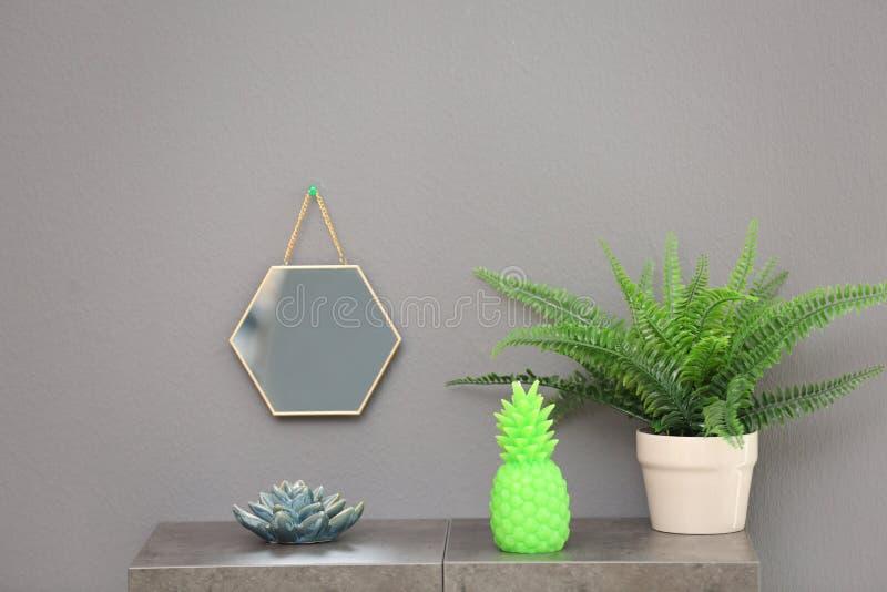 Modieuze ananaskaars en houseplant op lijst royalty-vrije stock foto's