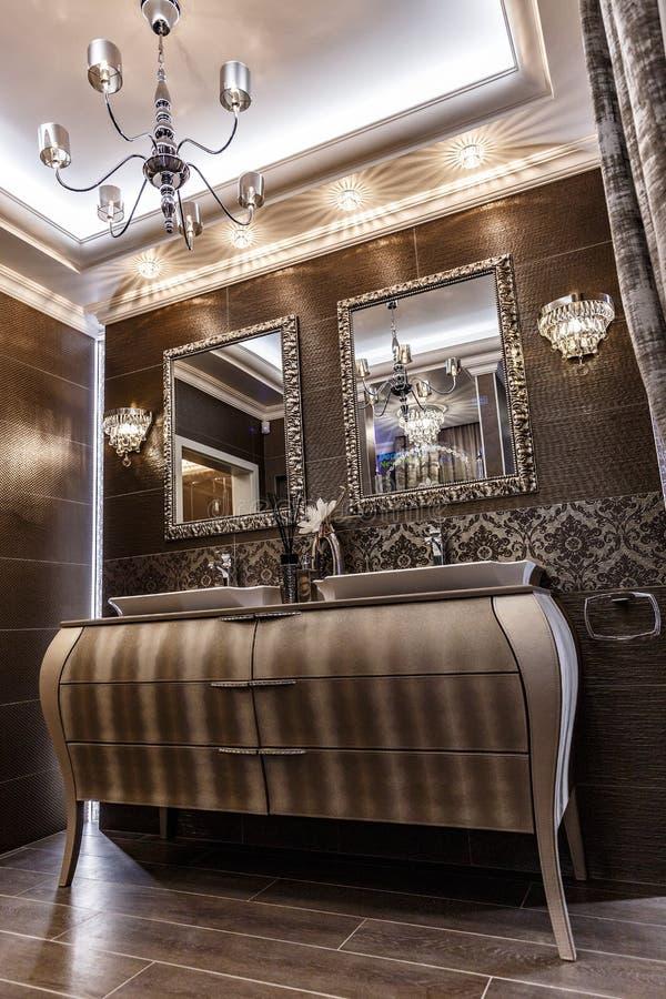 Modieuze badkamers in bruine kleuren royalty-vrije stock fotografie