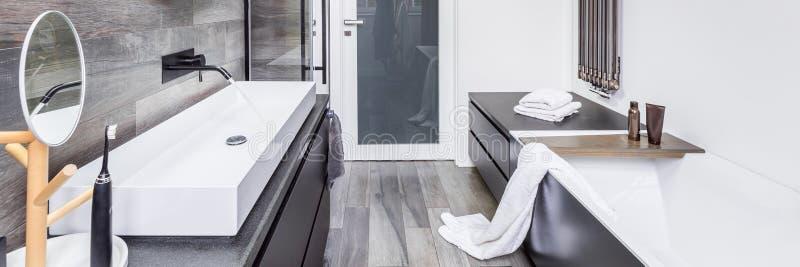 Modieuze badkamers met badkuip royalty-vrije stock afbeeldingen