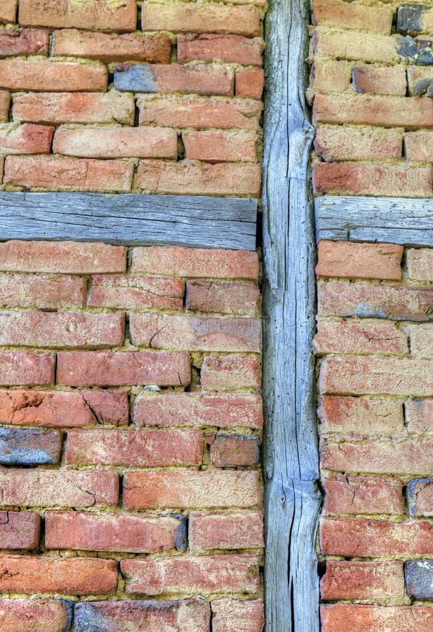 Modieuze bakstenen muur met houten stralen royalty-vrije stock foto's
