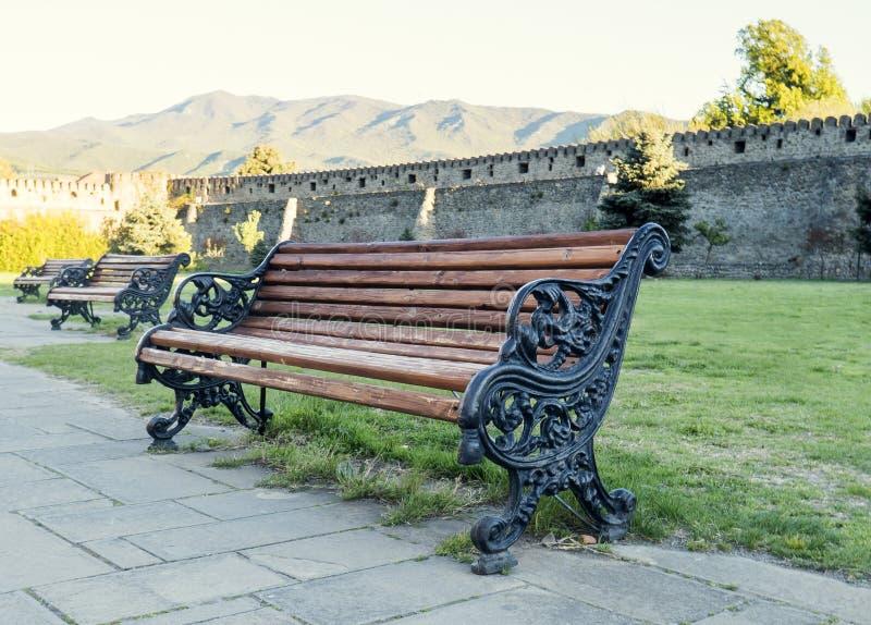 Modieuze bank in de zomerpark stock fotografie