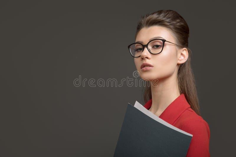 Modieuze bedrijfsvrouw met een omslag in haar handen Jonge specialist royalty-vrije stock foto