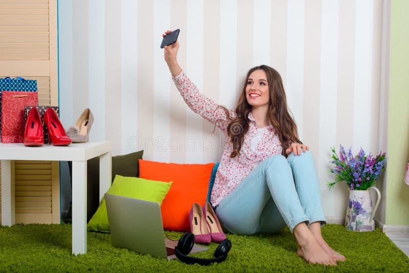 Modieuze blogger neemt een selfie royalty-vrije stock fotografie