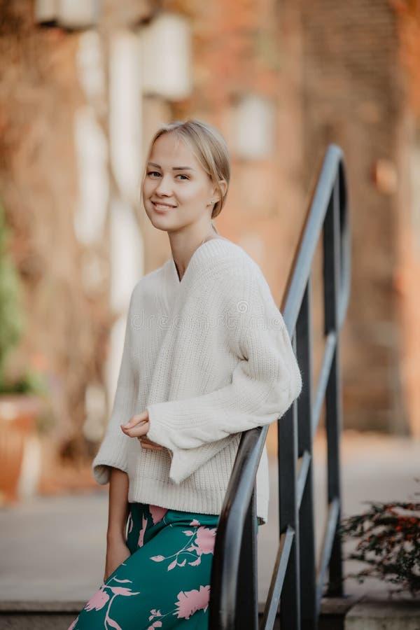 Modieuze blondevrouw bij straat dichtbij het seizoen van de tredenherfst Manier stedelijk modelportret royalty-vrije stock foto's