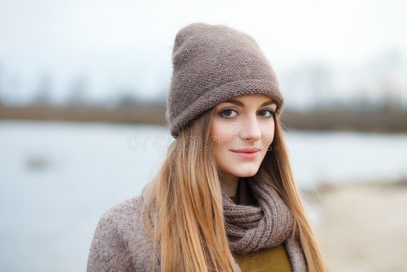 Modieuze blondevrouw in in stedelijk outwear stellend koud weer op de rivierbank Uitstekende filterfilm verzadigde kleur Dalingss royalty-vrije stock foto's