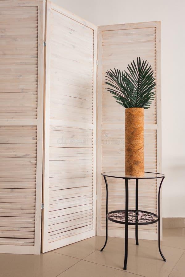 Modieuze bureaudecoratie met tropische bladeren stock afbeelding