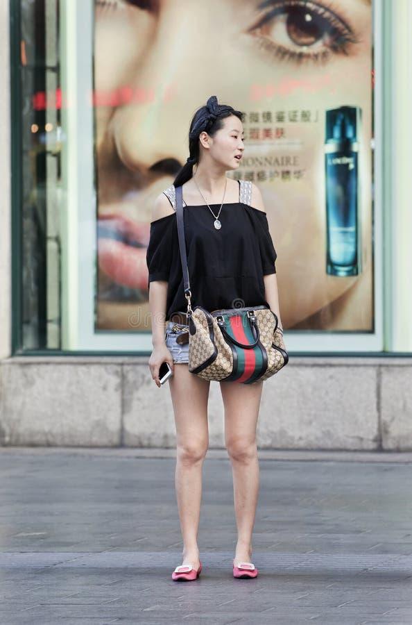 Modieuze Chinese vrouw voor schoonheidsmiddelenopslag, Shanghai, China royalty-vrije stock foto's
