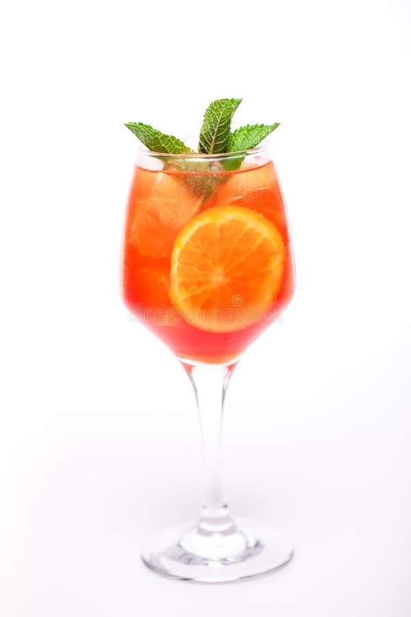 Modieuze cocktail op witte achtergrond stock afbeeldingen