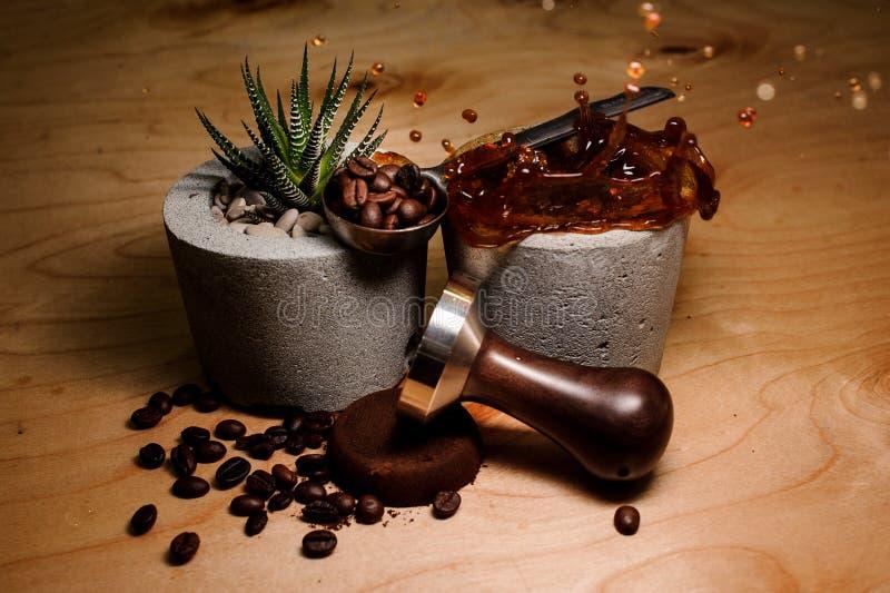 Modieuze concrete potten met het bespatten van koffiedrank en installatie royalty-vrije stock afbeeldingen