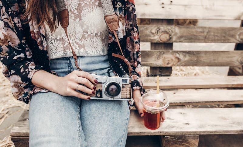 modieuze de holdingslimonade van de hipstervrouw en oude fotocamera Boh royalty-vrije stock foto's