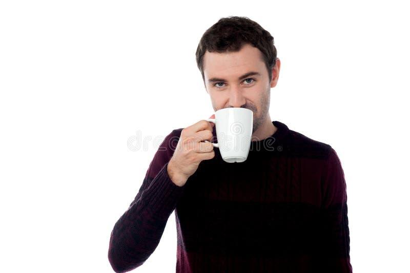 Modieuze de koffiekop van de mensenholding stock afbeelding