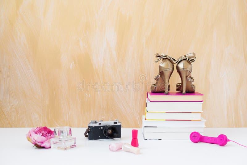 Modieuze en modieuze voorwerpen op de vloer royalty-vrije stock foto's