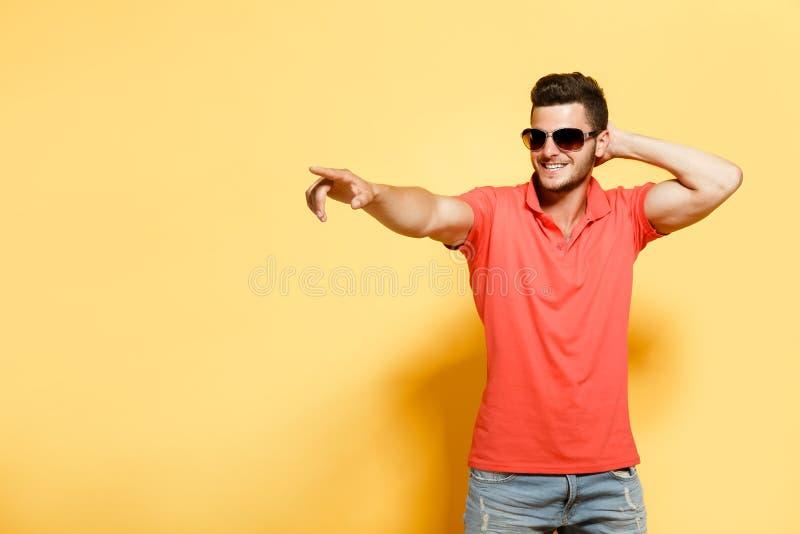 Modieuze en zekere mens op sinaasappel royalty-vrije stock afbeelding