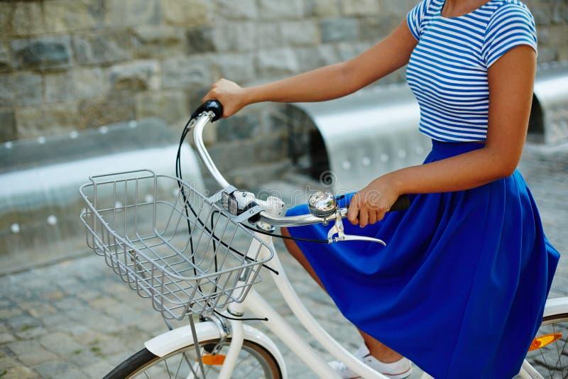 Modieuze fietser stock fotografie