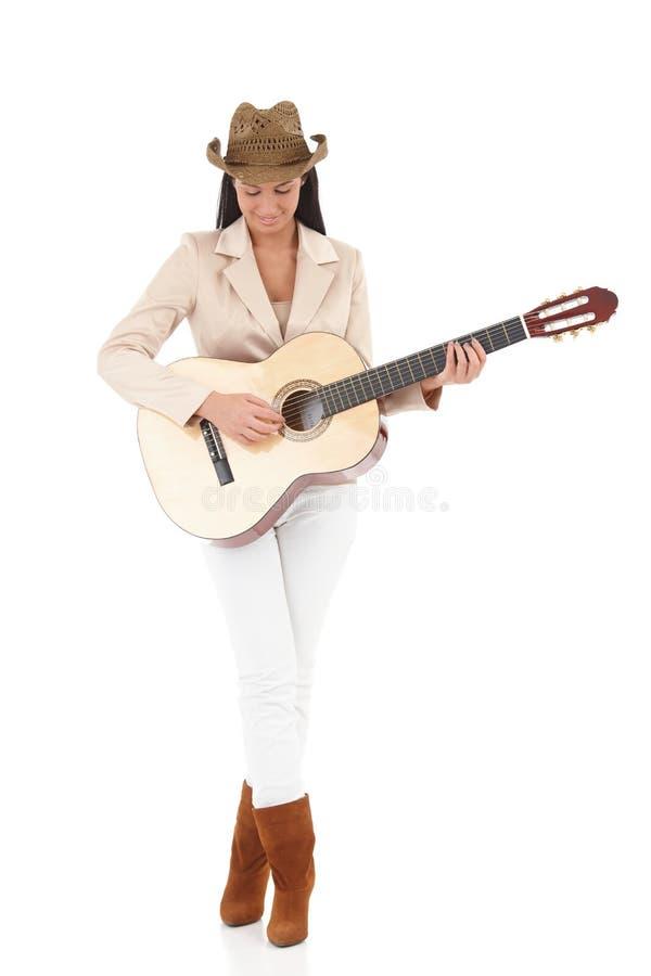 Modieuze gitaarspeler die van muziek geniet stock foto