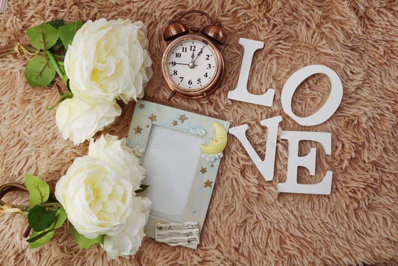 Modieuze het brandmerken spot op valentijnskaart` s dag met romantische decoratie stock afbeelding