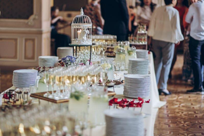 Modieuze het decor en de champagneglazen van de vogelkooi, voedselvoorgerechten o stock foto