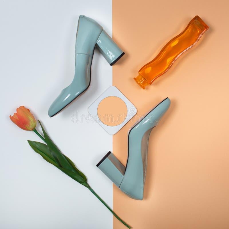 Modieuze In hielen De Uitrusting van de de zomermanier, de schoenen van de Luxepartij Minimaal manierconcept stock foto's