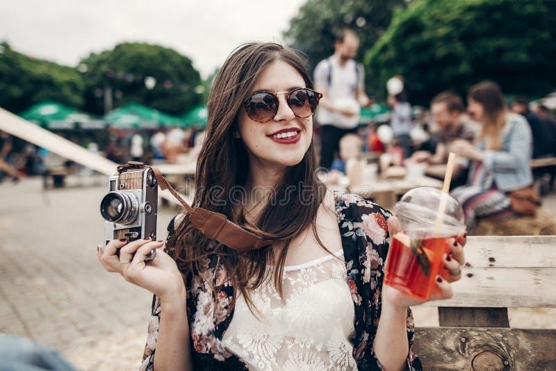 modieuze hipstervrouw die in zonnebril met rode lippen lemona houden stock foto