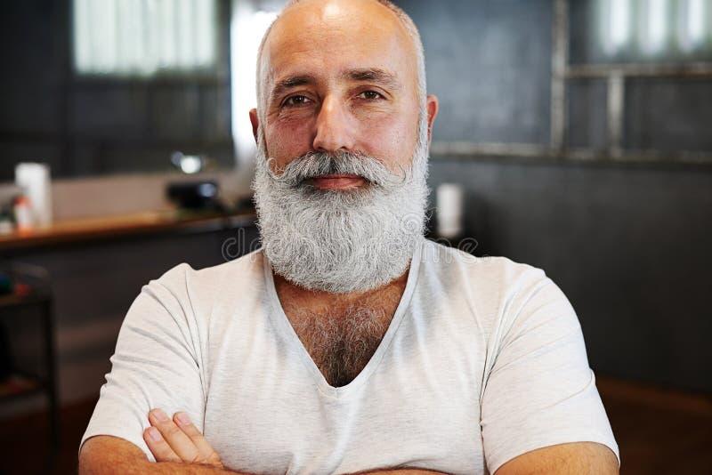 Modieuze hogere mens met baard en snor stock fotografie