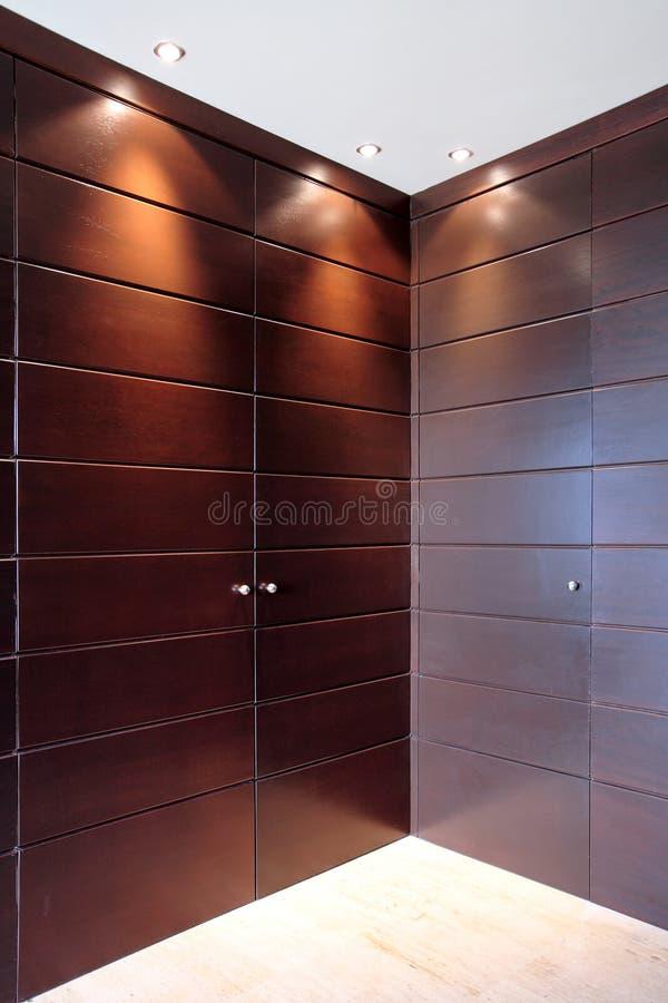 Modieuze houten deuren van garderobemeubilair stock afbeeldingen