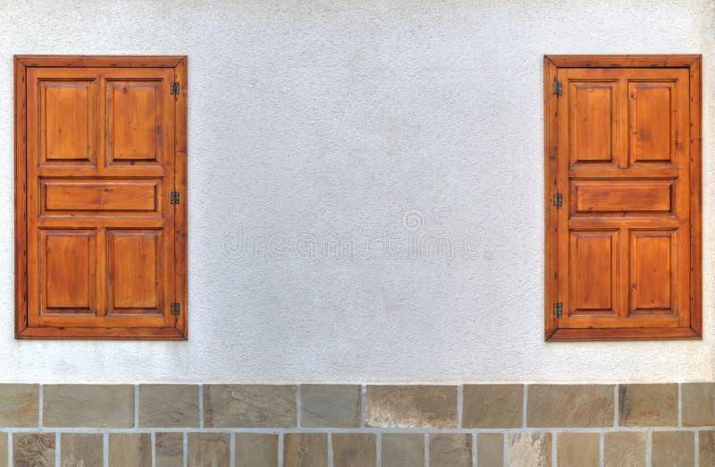 Modieuze houten vensters op steenmuur royalty-vrije stock foto