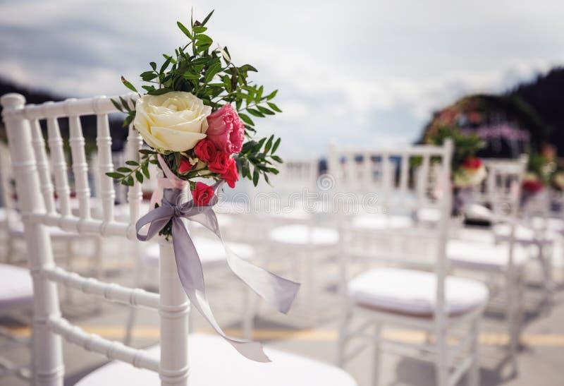 Modieuze huwelijksboog in het park op de ceremonie royalty-vrije stock fotografie