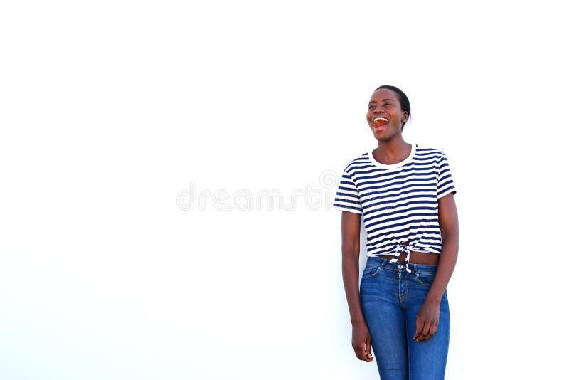 Modieuze jonge Afrikaanse op witte achtergrond lachen en vrouw die weg kijken royalty-vrije stock foto's