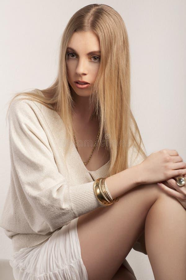 Modieuze jonge blonde vrouw royalty-vrije stock fotografie