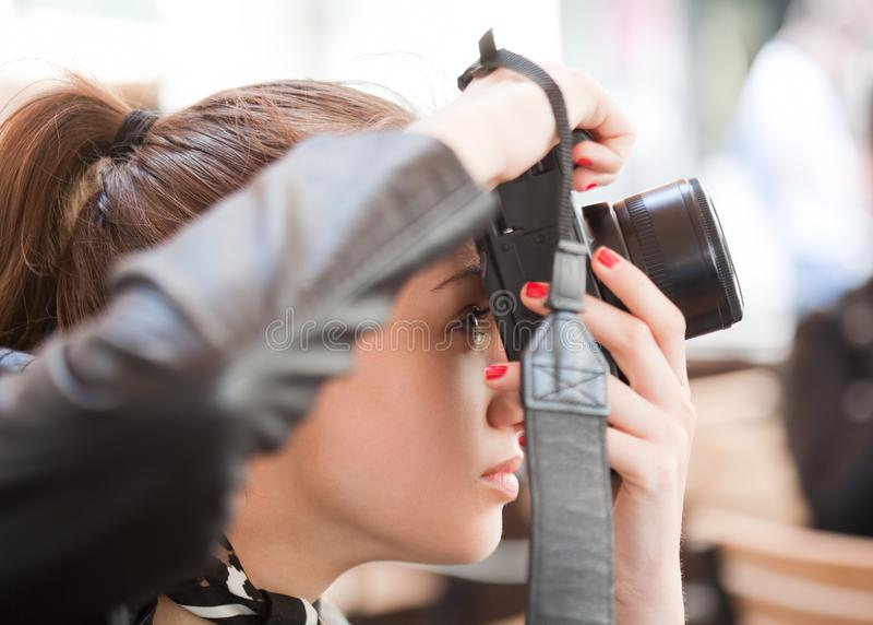 Modieuze jonge fotograaf stock afbeeldingen