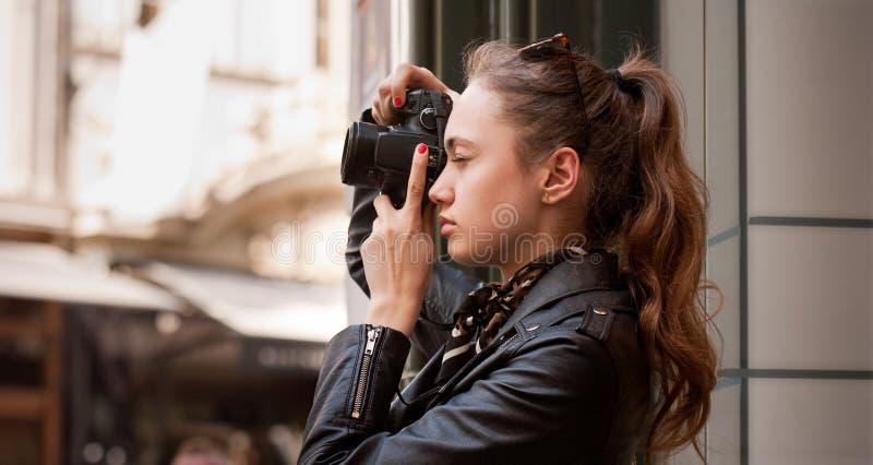 Modieuze jonge fotograaf royalty-vrije stock fotografie