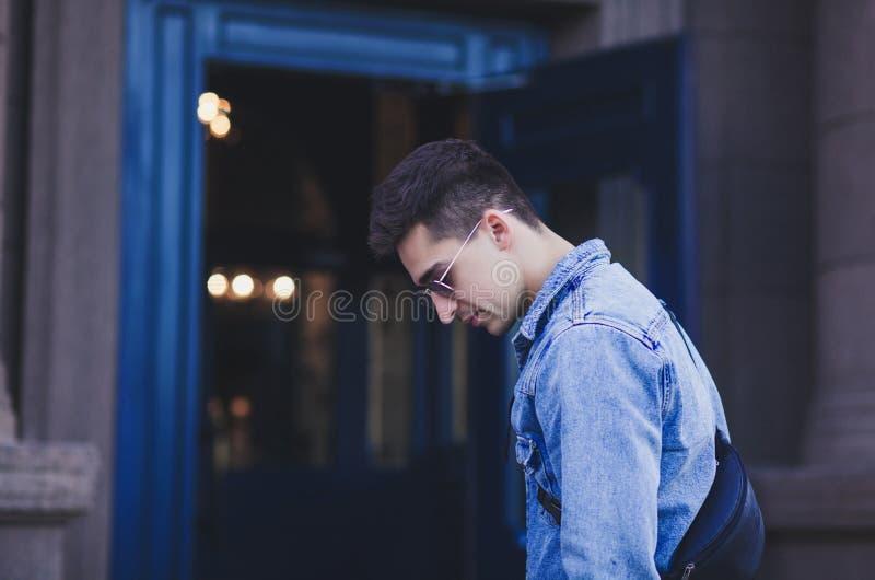 Modieuze jonge mens in de stad stock fotografie