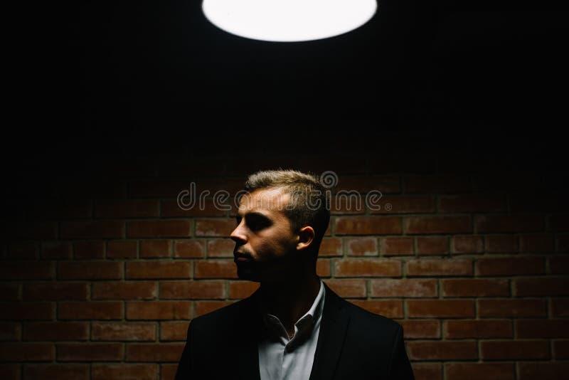 Modieuze jonge mens in kostuum en band Bedrijfs stijl Modieuze I royalty-vrije stock afbeelding