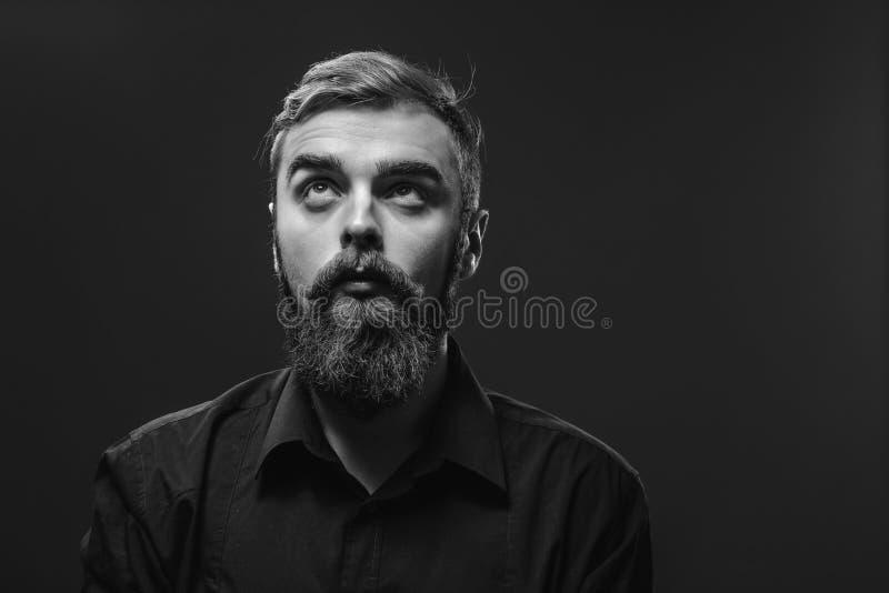Modieuze jonge roodharige mens met een baard en snor geklede I stock afbeeldingen