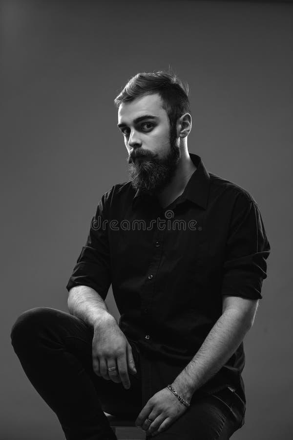 Modieuze jonge roodharige mens met een baard en snor geklede I stock foto's