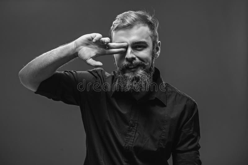 Modieuze jonge roodharige mens met een baard en snor geklede I stock fotografie