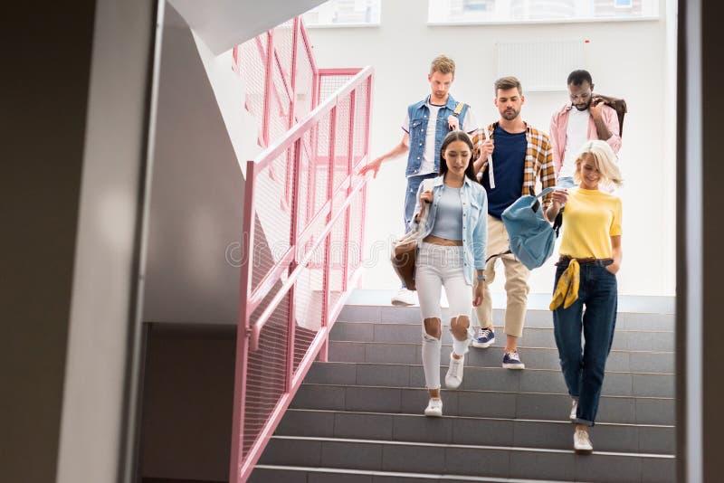 modieuze jonge studenten die neer op treden lopen van royalty-vrije stock afbeeldingen
